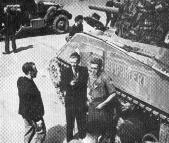 Pierre Crenesse interviewe, au micro   de la Radio liberee, l?equipage du   premier char Leclerc arrive Place de  l?Hôtel-de-Ville.