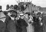 Leon Plouviet, dans la nacelle,  se prepare a effectuer le premier  reportage en ballon pour Radio-PTT-Nord  (29 septembre 1932)