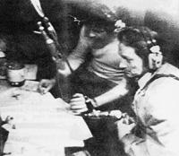 8 fevrier 1974, 23h15 : Max Meynier est pris en otage, dans son studio a RTL, par un certain Jacques Robert (au premier plan, grenade en main)